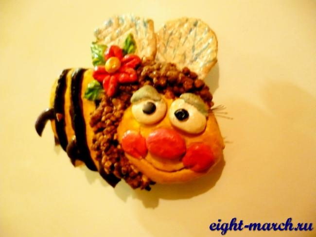 Читать дальше, как сделать пчелу из соленого теста.  Близится превосходный праздничный день - 8 марта.